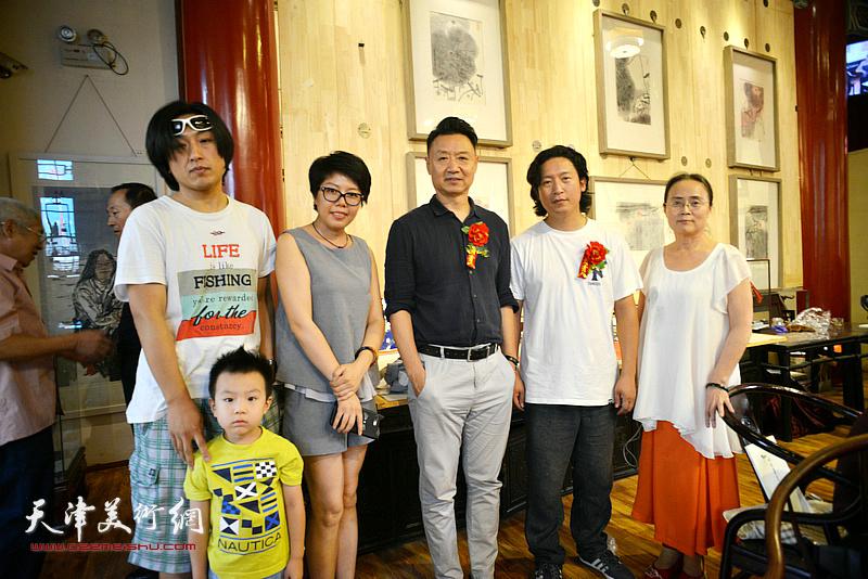左起:刘璐、顾素文、李旺、梁健、吕秀英在画展现场。
