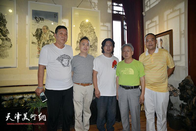 梁健与李殿光、马明等在画展现场。