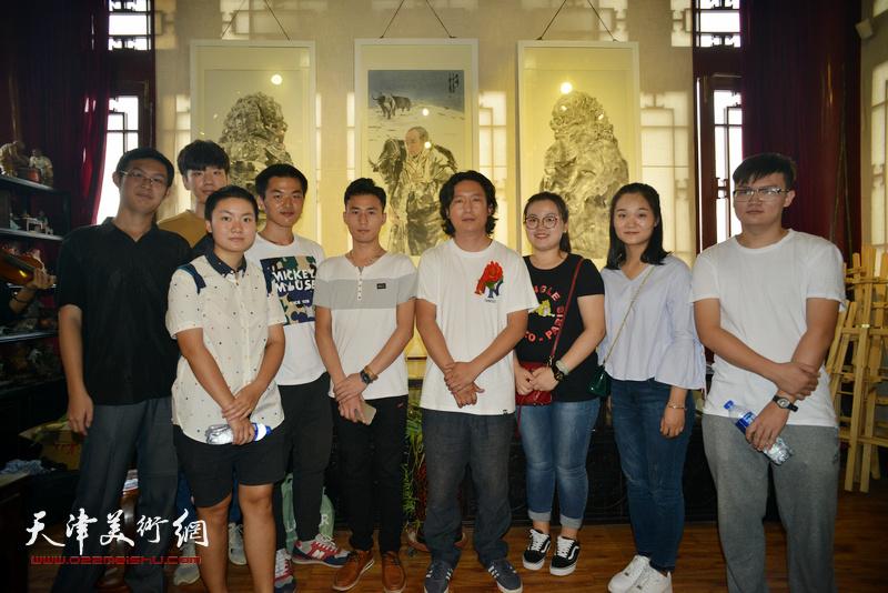 梁健与美术院校的学生在画展现场。