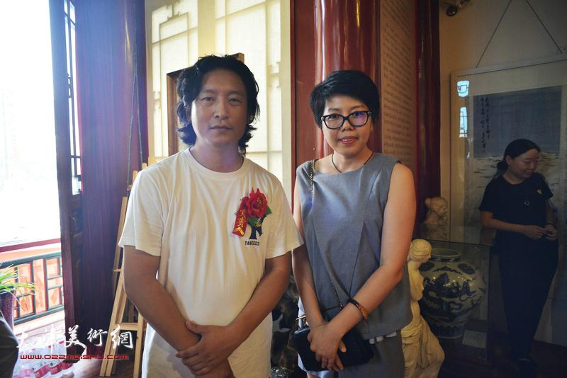 梁健与顾素文在画展现场。