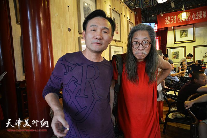 李安其、赵谭在画展现场。