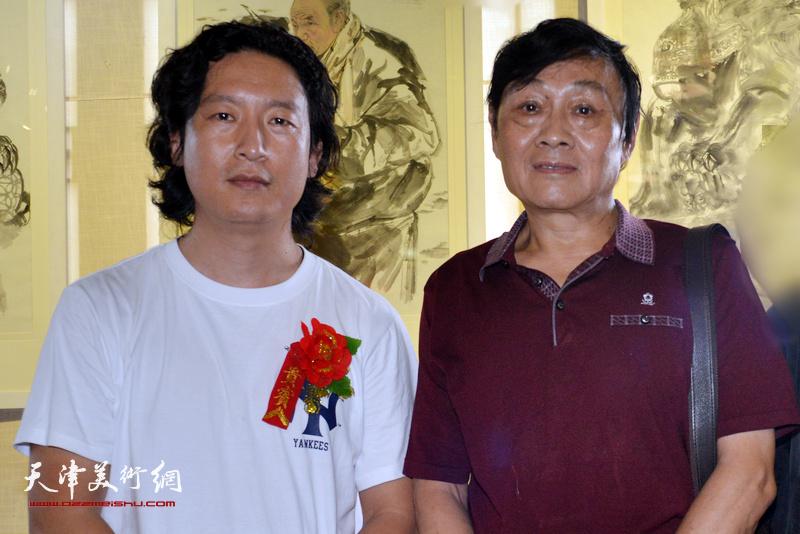 梁健与琚俊雄在画展现场。