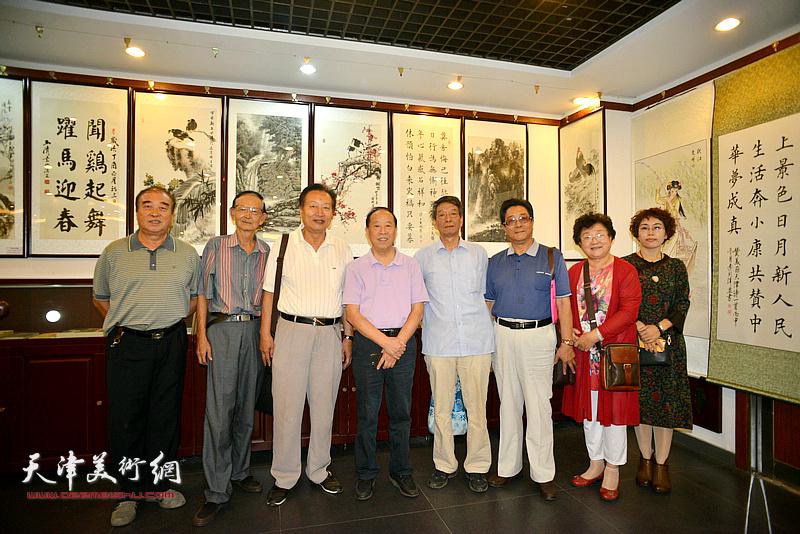 蒋有泉与曲学真、刘家城、房师武、于焕英、聂瑞辰等参展书画家在画展现场。