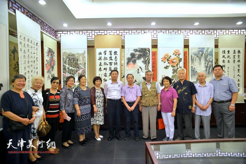 蒋有泉与郭文伟等参展书画家在画展现场。