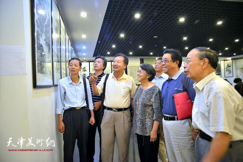李润兰与张俊屹、曲学真、刘家城、赵同相等观赏展出的作品。