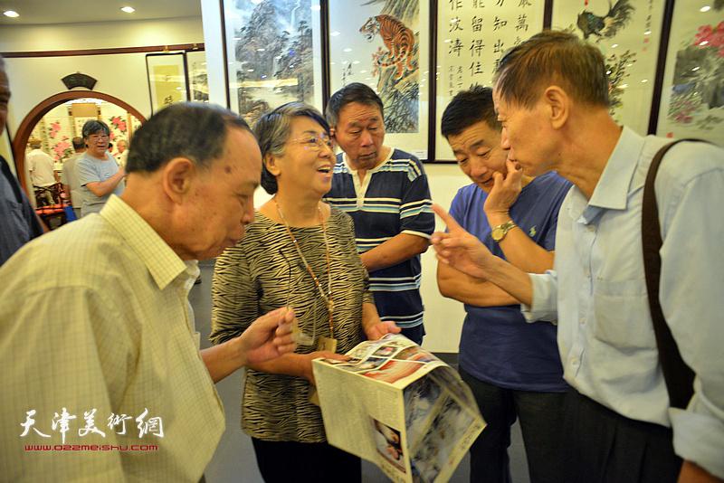 李润兰与张俊屹、赵同相等在画展现场交流。