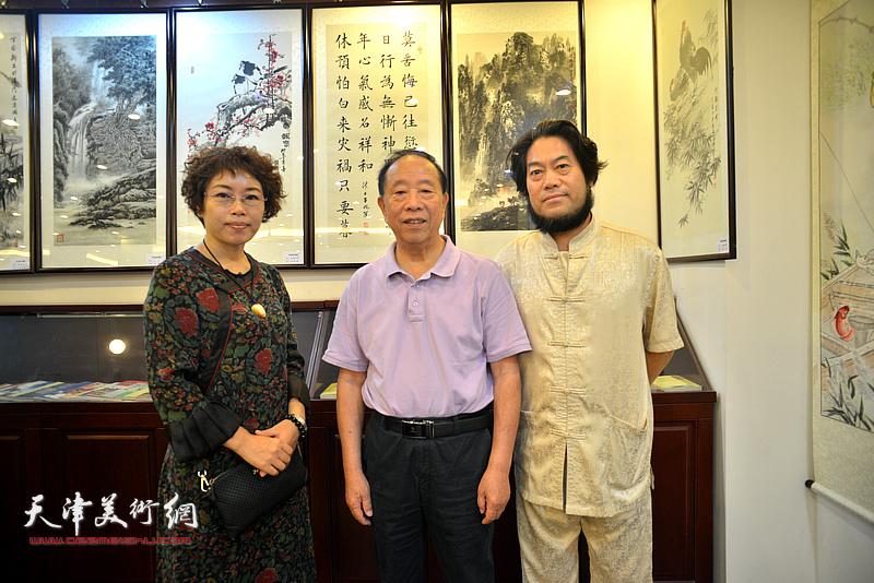 蒋有泉与朱彦民、聂瑞辰在画展现场。