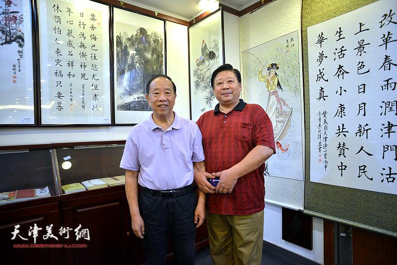 蒋有泉与张云友在画展现场。