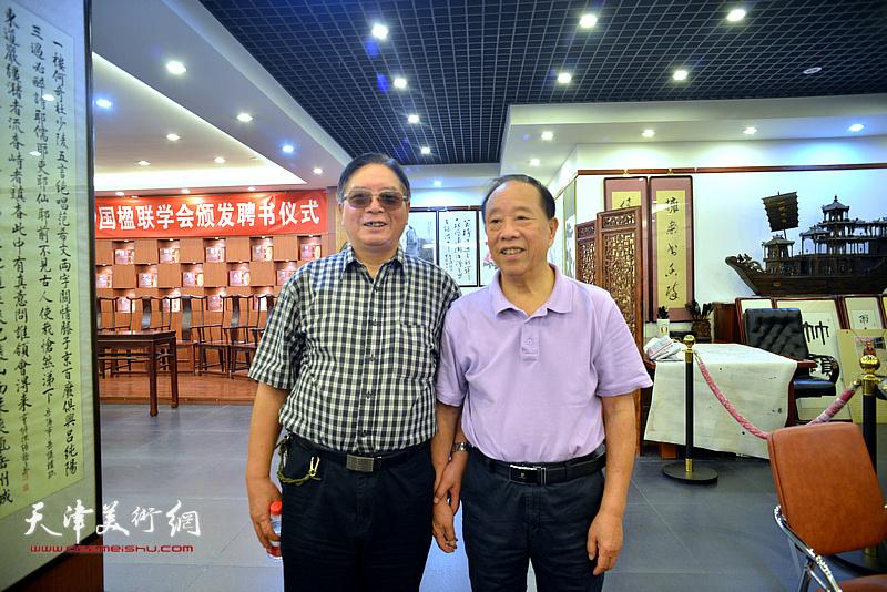 蒋有泉与赵士英在画展现场。