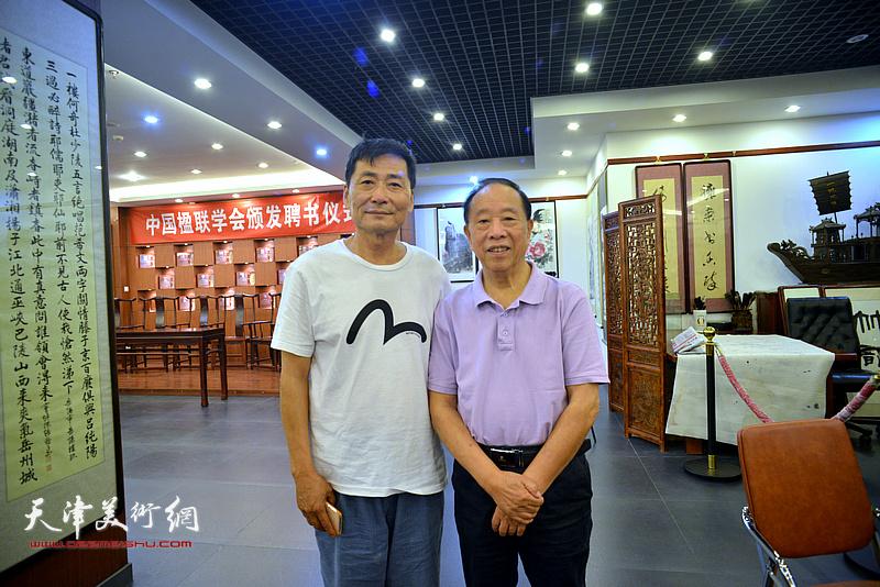 蒋有泉与孔祥月在画展现场。