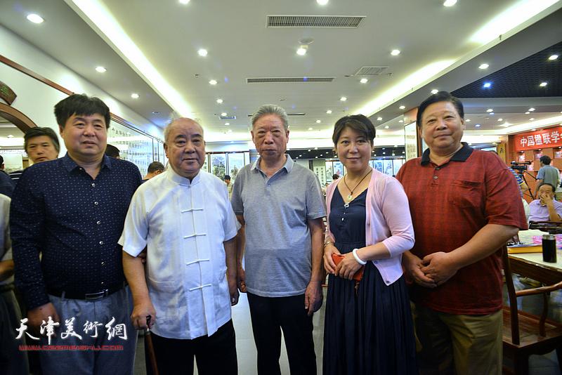 王焕墉、张云友等在画展现场。