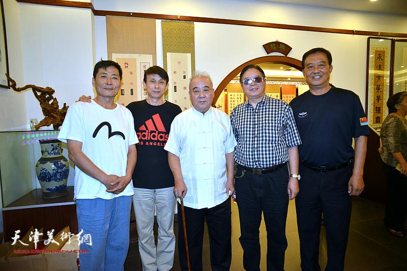 王焕墉与赵士英、张鹤年、彭英科、孔祥月在画展现场。