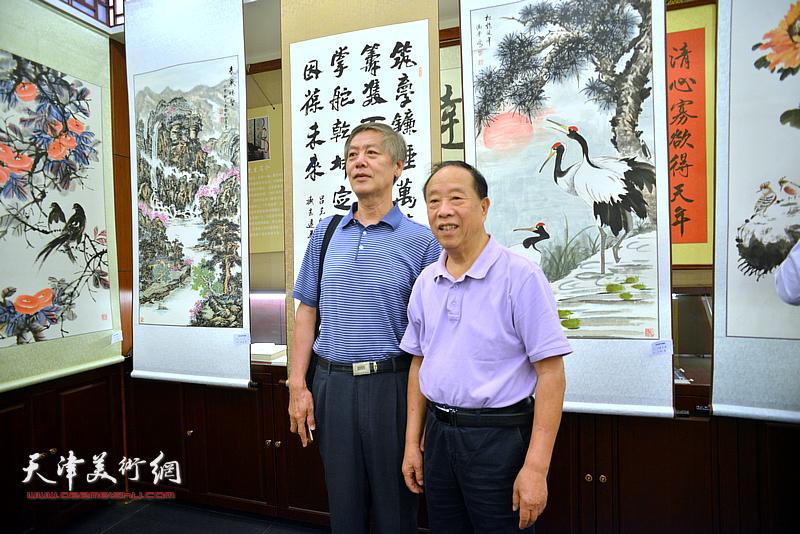 蒋有泉与臧志建在画展现场。