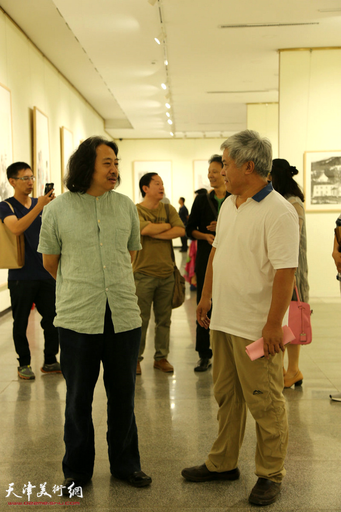贾广健与各地嘉宾、画家在画展现场。