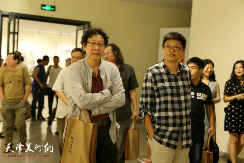 晏平、李旭飞在画展现场。