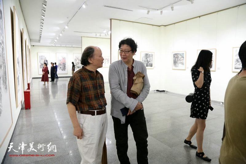 晏平与嘉宾在画展现场。