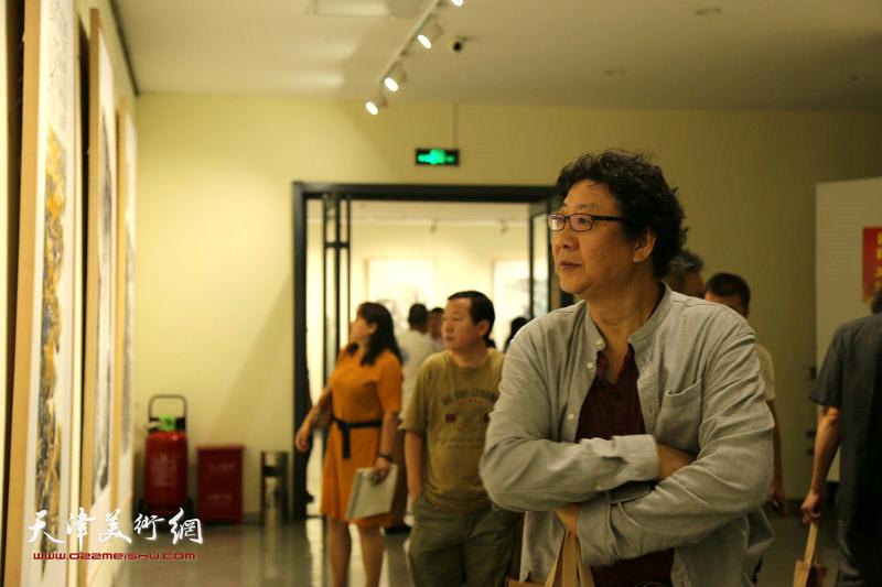 晏平在观赏展出的作品。