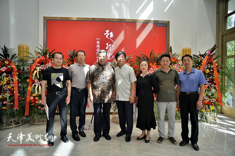 左起:王宝春、郭翠云、陈质枫、刘丽红、单连辰、郭福森在画展开幕仪式现场。