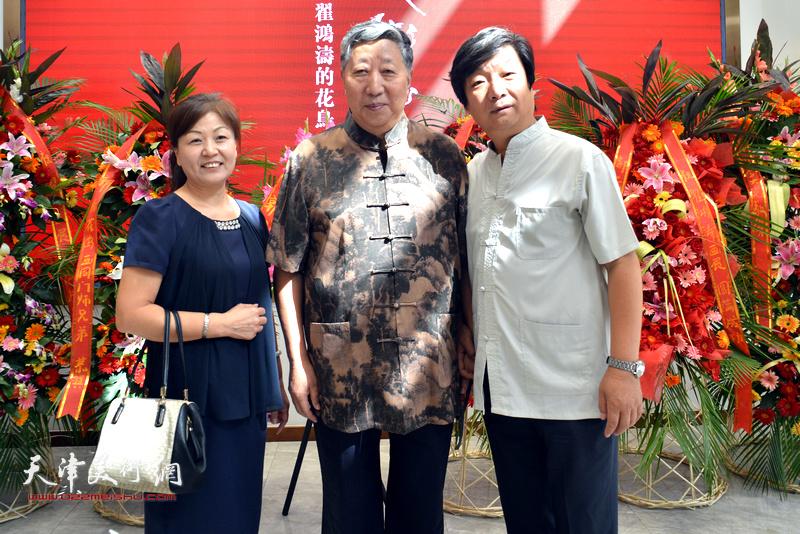 翟洪涛、张艳霞夫妇与陈质枫在画展现场。