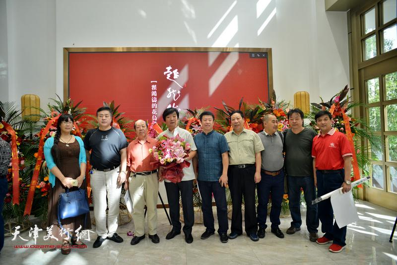 左起:文芸、王凤春、韩祖音、翟洪涛、王克、杨利民、刘终荣、左锡云、王群英在画展现场。