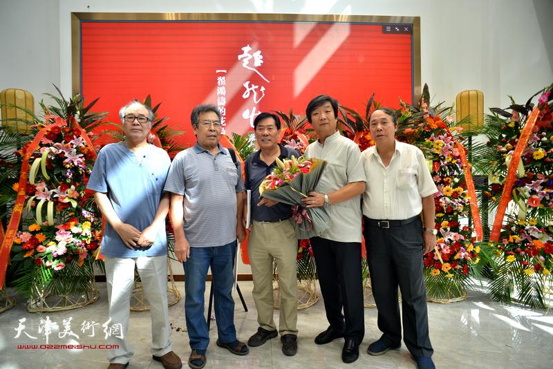 左起:郭书仁、赵树松、王峰、翟洪涛、郭凤祥在画展现场。