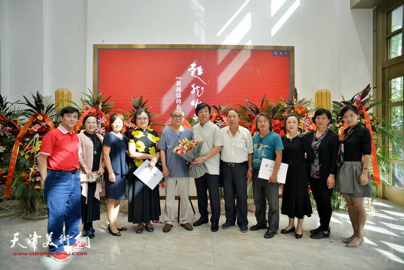 翟洪涛与郭书仁、刘正、郭凤祥、孙富泉、王群英等在画展现场。