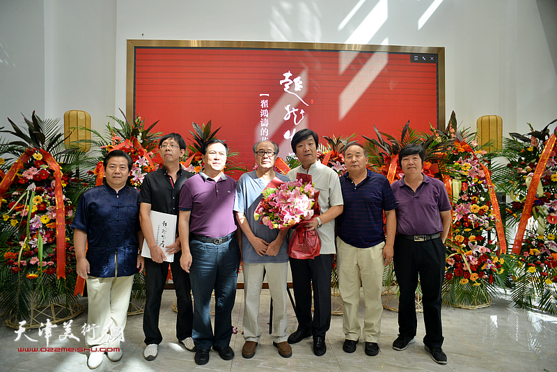 翟洪涛与郭书仁、张金锁、王惠民、李锐钧、刘建华等在画展现场。