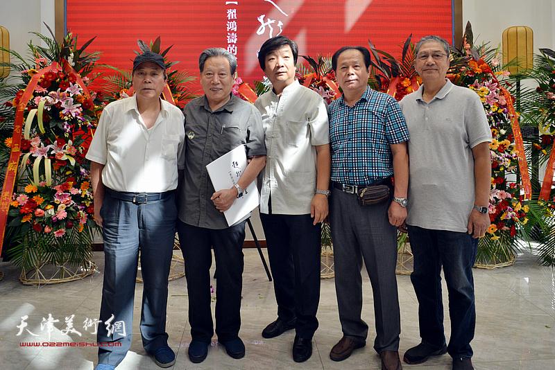 翟洪涛与霍然、郭凤祥、刘士忠等在画展现场。