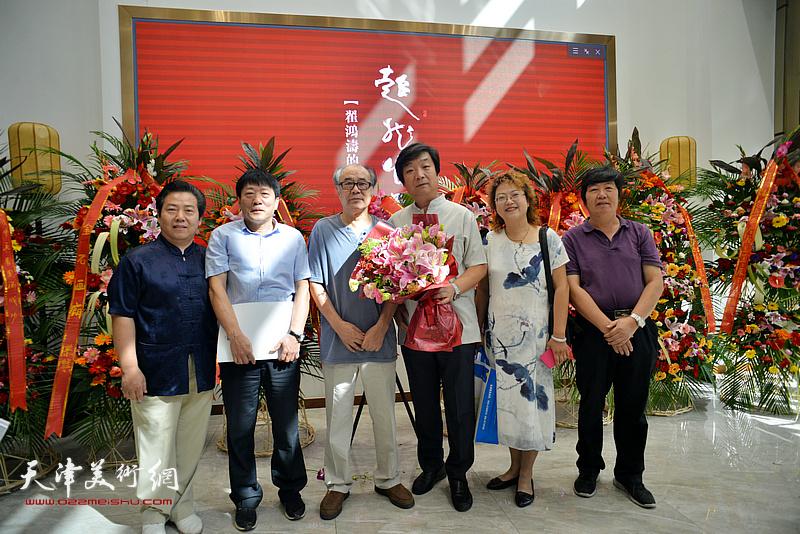 左起:李锐钧、高原春、郭书仁、翟洪涛、张春蕾、王惠民在画展现场。