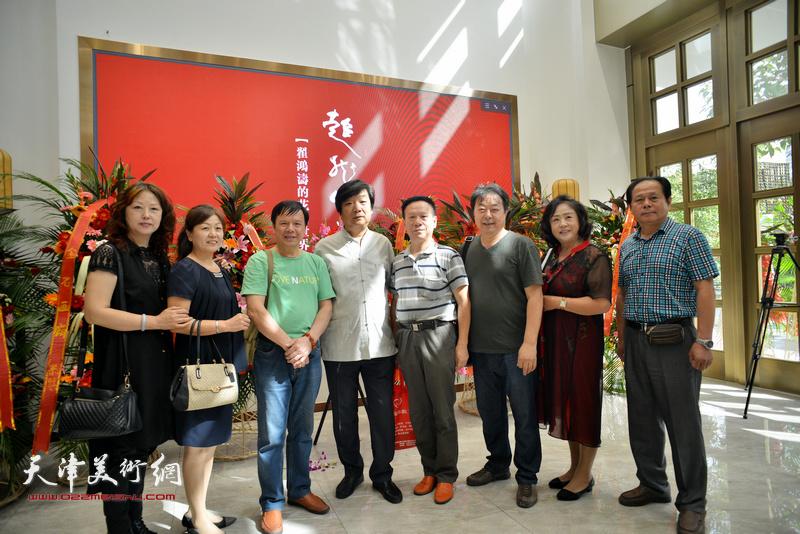 翟洪涛与张建华、刘士忠、李根友、左锡云等在画展现场。