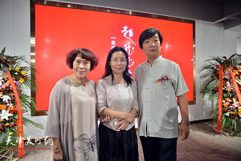 左起:史玉、马丽娣、翟洪涛在画展现场。
