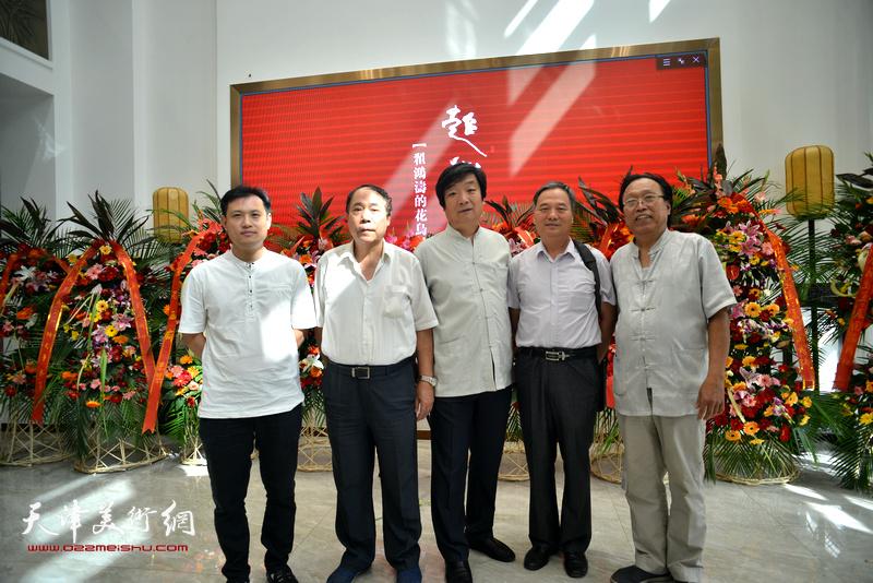 左起:周文举、郭凤祥、翟洪涛、邢立宏、任庆明在画展现场。