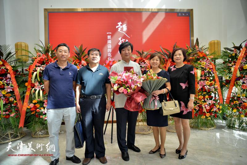 左起:王宝春、卢永利、翟洪涛、张艳霞、刘丽红在画展现场。