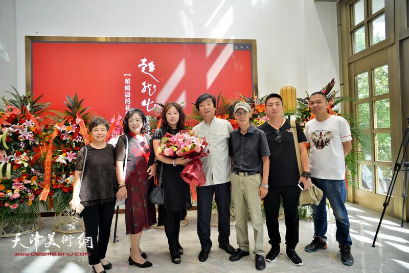 翟洪涛与王印强、蔡淳伊、郭翠云、杜润国等在画展现场。