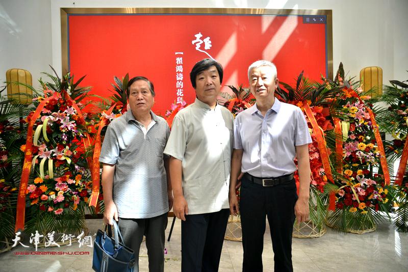 左起:蒋峰、翟洪涛、杨勇在画展现场。