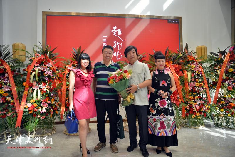 左起:肖冰、郭洪友、翟洪涛、黄雅丽在画展现场。