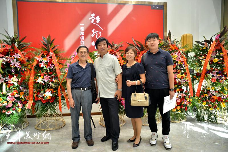 左起:尚金声、翟洪涛、张艳霞、房志鹏在画展现场。