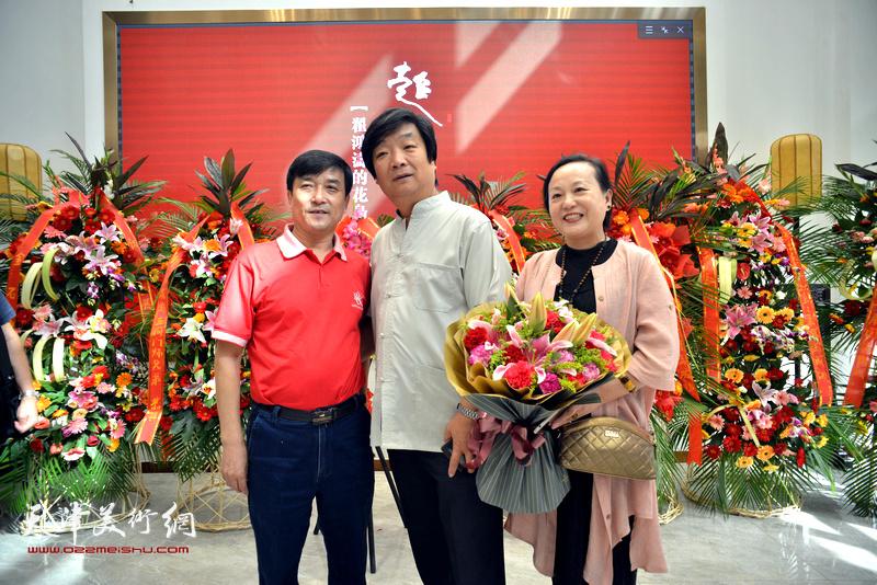 左起:王群英、翟洪涛、范凤春在画展现场。