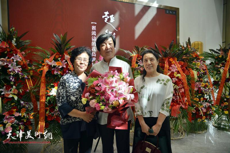 左起:蔡淳伊、翟洪涛、杨俊玲在画展现场。