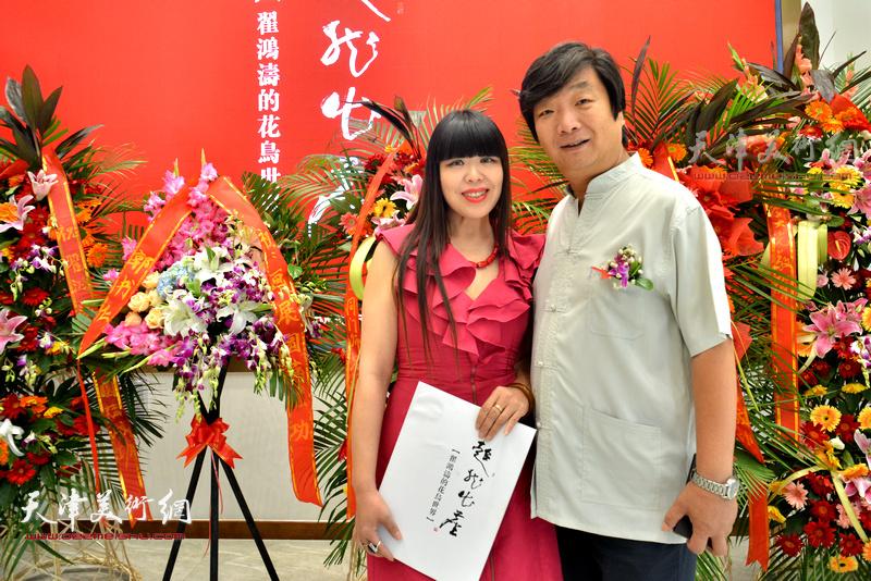 翟洪涛与肖冰在画展现场