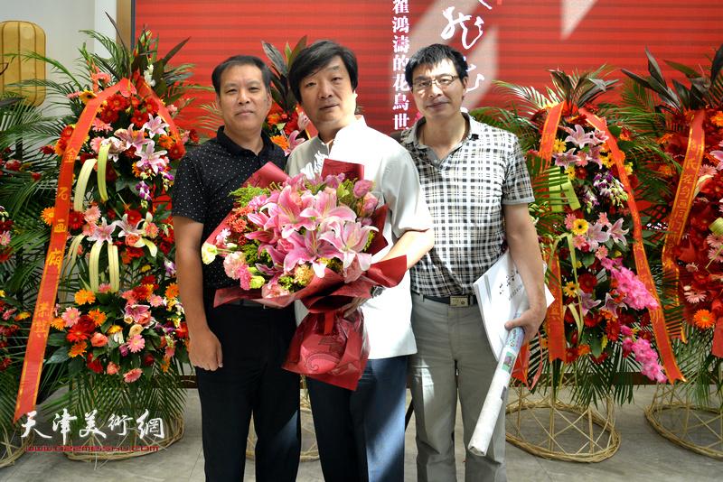 左起:徐庆举、翟洪涛、柳河在画展现场