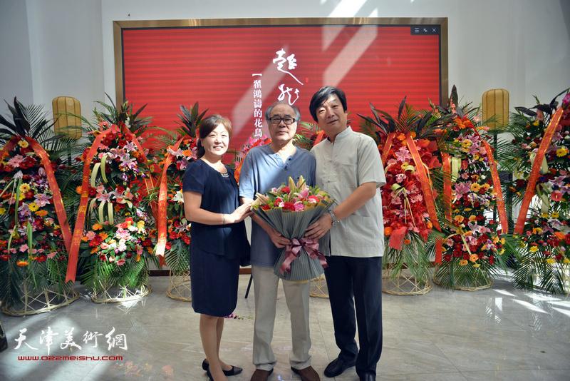 翟洪涛、张艳霞与恩师郭书仁在画展现场。
