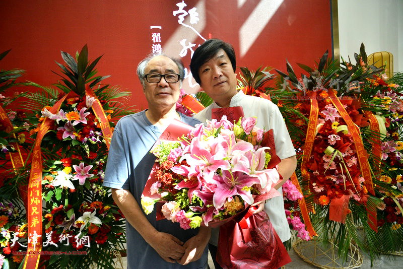 翟洪涛与恩师郭书仁在画展现场。