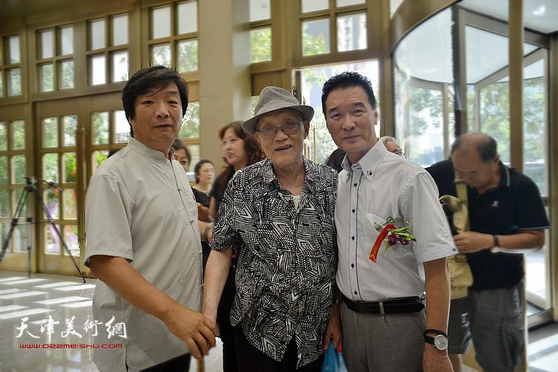 左起:翟洪涛、孙长康、陈之海在画展现场