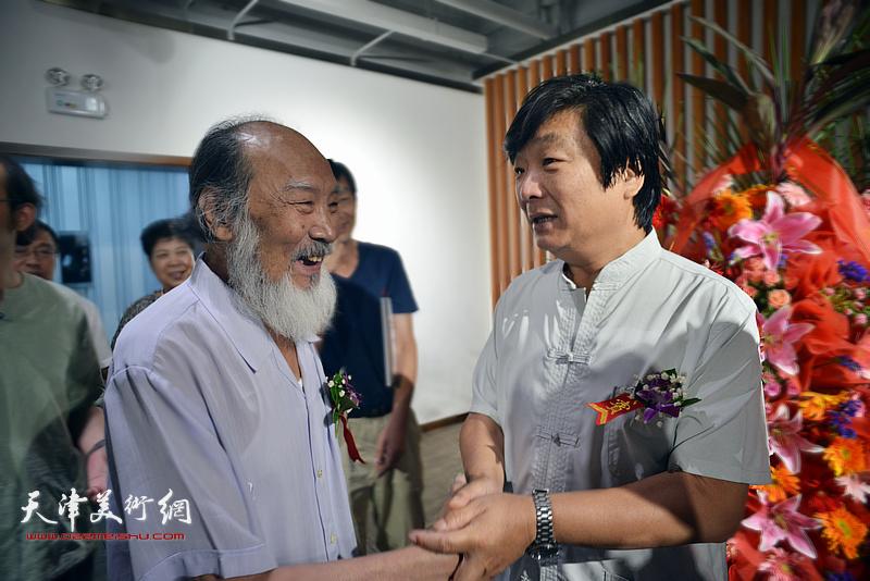 翟洪涛与谢梦在画展现场