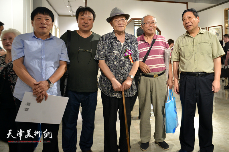 左起:高原春、左锡云、孙长康、蔡金顺、杨利民在画展现场。