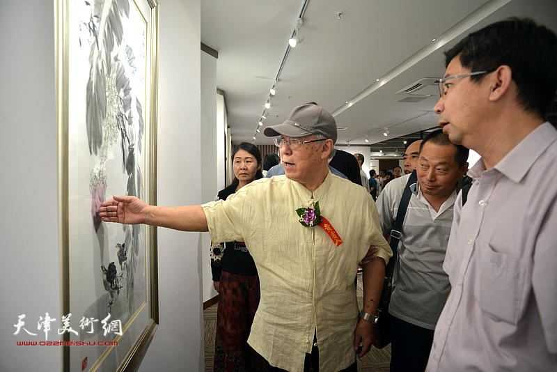 贾宝珉在画展现场给弟子们讲画。