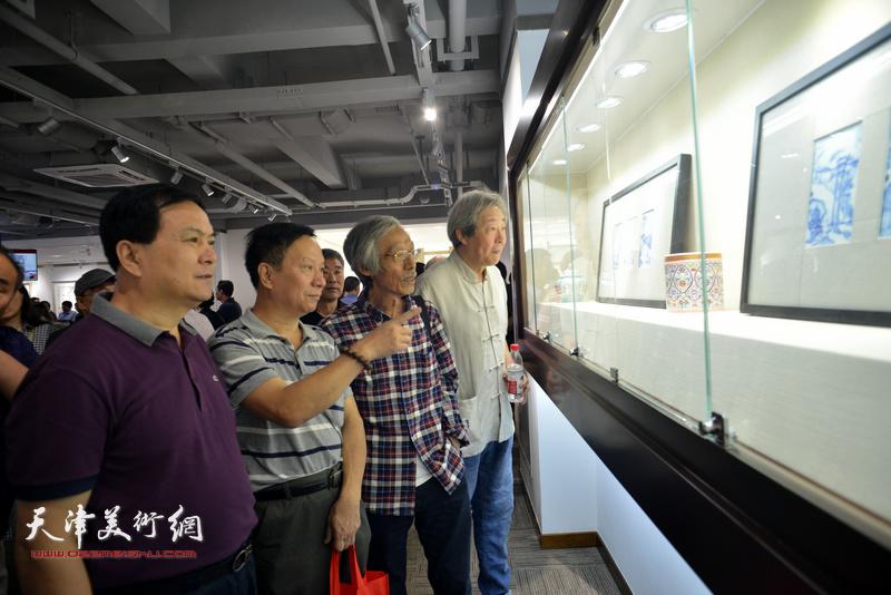 左起:张金锁、张建华、姚景卿、张亚光在观赏展出的作品。