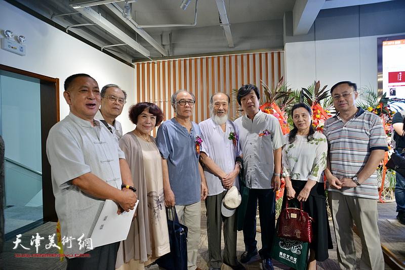 左起:张国富、费超杰、史玉、郭书仁、谢梦、翟洪涛、杨俊玲、李新禹在画展现场。