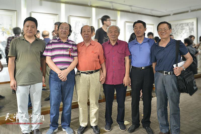 左起:单连辰、王之海、韩祖音、纪振民、郭福森、尚金声在画展现场。